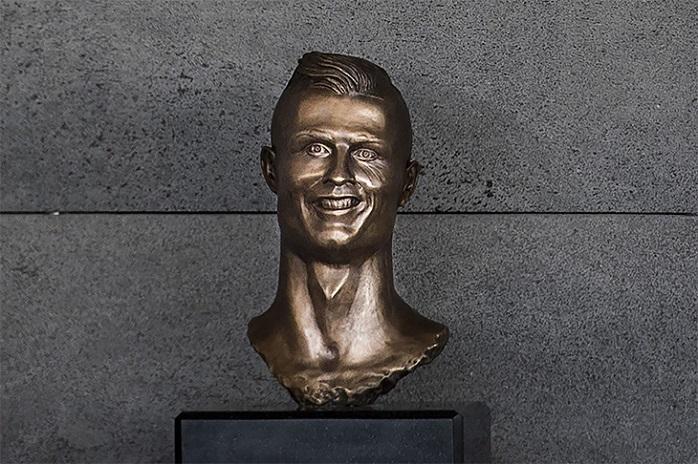 Ronaldu skulptūra, Sportazinas.com