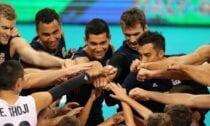 ASV, Brazīlijas un Serbijas vīriešu volejbola izlases ceturtdien sasniedza pasaules čempionāta pusfinālu. Trešā posma mačā ASV valstsvienība ar 3-0 (25:22, 25:22, 25:23) pārspēja Krievijas izlasi, kas līdz ar to zaudējusi cerības pacīnīties par medaļām. Pašreizējā Eiropas čempione Krievija līdz ar to noslēgusi turnīru, bet trešajā posmā tā palika bez uzvarām, jo iepriekš pamanījās izlaist divu setu vadību pret Brazīliju. Amerikāņu sastāvā 17 punktus ceturtdien guva Ārons Rasels. Piektdien ASV un Brazīlija tiksies savā starpā, noskaidrojot, kura komanda izcīnīs pirmo vietu I grupā. Līdere ar trim punktiem vienā spēlē ir ASV, kamēr pie diviem punktiem tikusi Brazīlija, bet krievi zaudēja abos mačos, pie punktiem netiekot. Tikmēr Serbijas valstsvienība ceturtdien ar 0-3 (26:28, 26:28, 22:25) pamanījās piekāpties pašreizējajai pasaules čempionei Polijai, tomēr, pateicoties punktu attiecībai, tik un tā nodrošināja iespēju spēlēt pusfinālā. Lai garantētu vietu starp četrām spēcīgākajām izlasēm, serbiem vispirms vajadzēja uzvarēt kaut vienā setā, taču tas netika izdarīts. Tiesa, punktu attiecība bija labvēlīga, lai nodrošinātu vietu pusfinālā. Pēdējā pusfināliste tiks noskaidrota piektdien, kad J grupas ietvaros savstarpēju maču aizvadīs Polija un Itālija. Pirmā ar trim punktiem vienīgajā spēlē šīs grupas kopvērtējumā ir Polija, ar tikpat punktiem divos mačos seko Serbija, bet itāļiem pagaidām punktu nav. Pusfināli tiks aizvadīti sestdien, bet cīņas par pasaules čempionāta medaļām norisināsies svētdien.