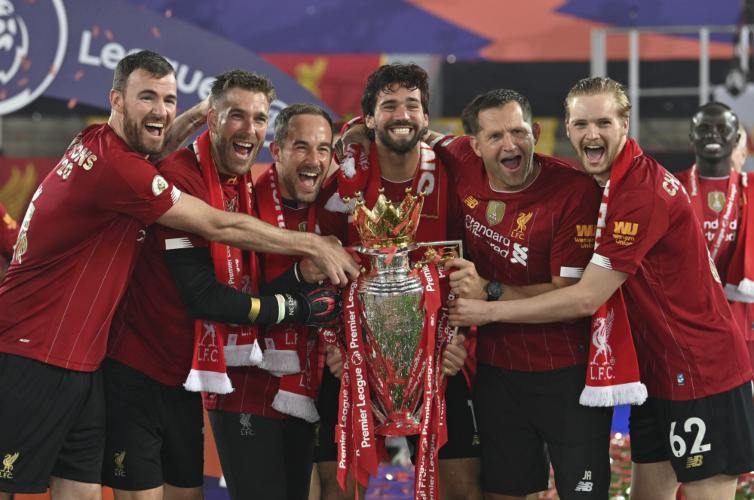 Liverpool futbolisti ar čempionkausu, sportazinas.com